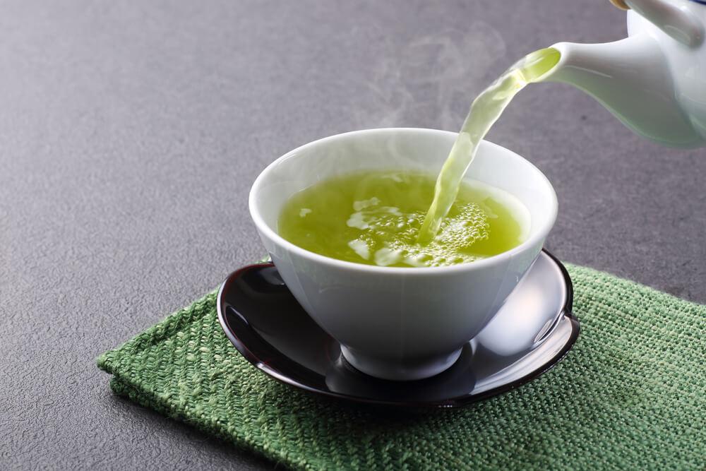 xícara de chá verde sobre a mesa