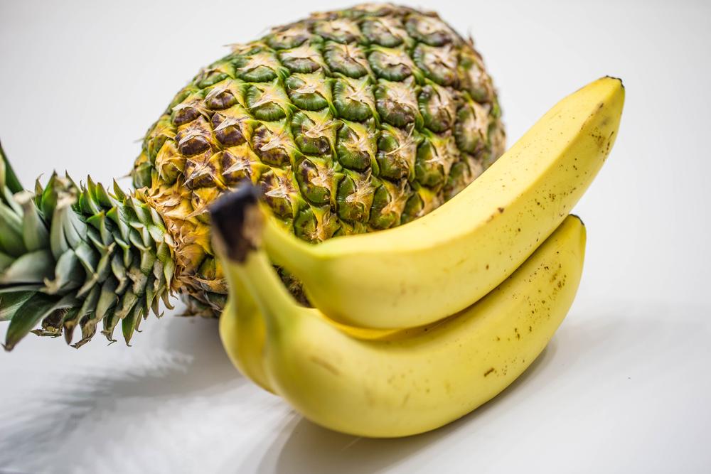 abacaxi e banana no fundo branco