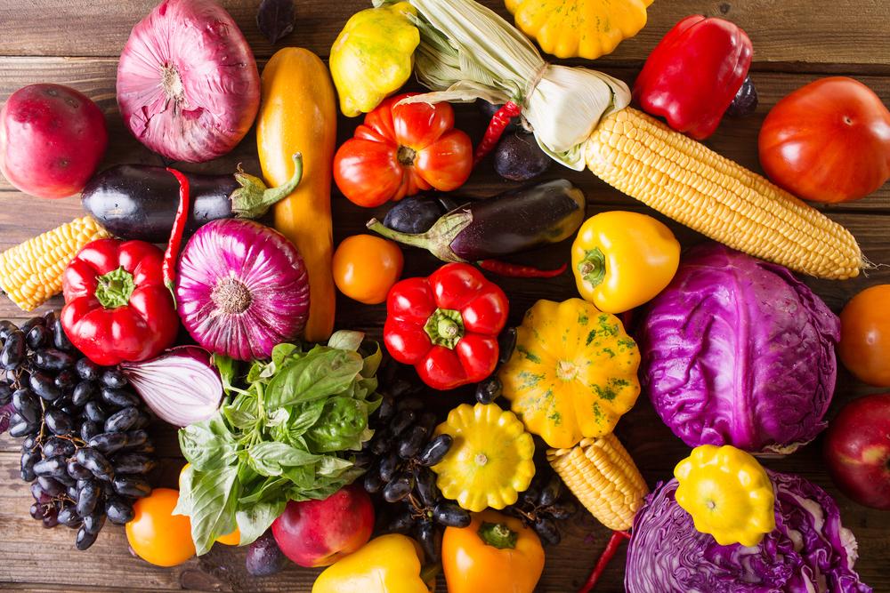 diversos alimentos coloridos, milho, cebola, pimentão, uva, brócolis e entre outros