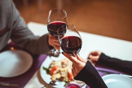 Casal brindando com vinho