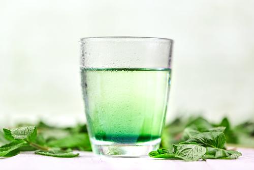 Copo de suco verde com clorofila
