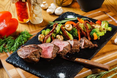 Tábua carnes e vegetais