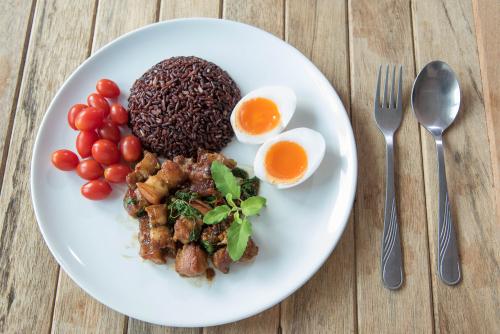 Prato arroz vermelho ovos tomates