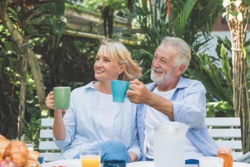 casal tomando café
