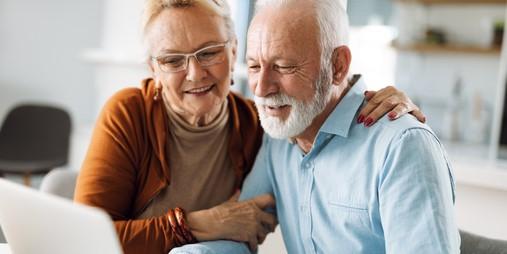 Casal de idosos navega na internet para conhecer o novo Vitaminas.com.vc