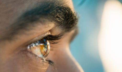 Rosto de homem visto de perfil com foco nos olhos