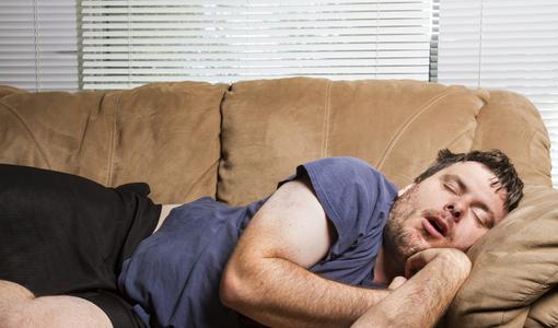 Homem ronca enquanto dorme